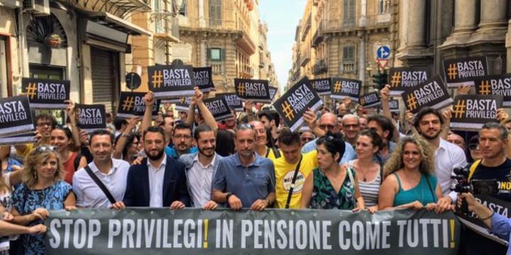 """Portavoce e attivisti M5S e cittadini in marcia a Palermo nel giorno della verGOGNA: """"La pensione veloce per i deputati è un pugno alla stomaco per i cittadini"""""""